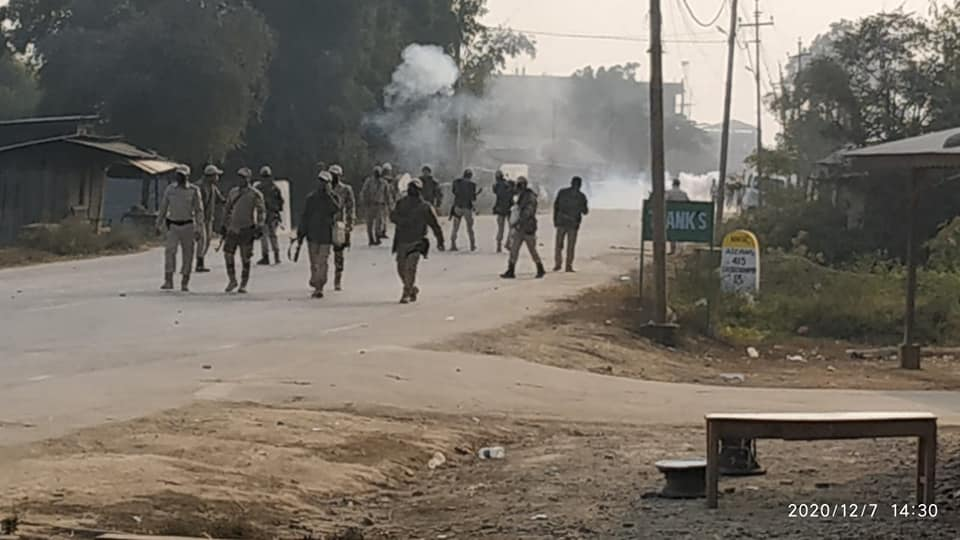 <strong>NH2 shutdown: 10 including a female and Addl SP injured in a clash between protesters and police in Kwakta </strong>